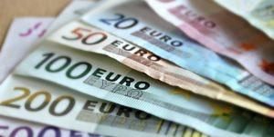 Foto von Euroscheinen, die gefächert liegen.