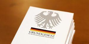 Ein Foto eines Stapels deutscher Grundgesetze.