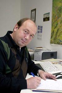 Das Bild zeigt Herrn Dr. Gündel, Beauftragter für Studierende mit Behinderung und chronischer Erkrankung, an seinem Schreibtisch.
